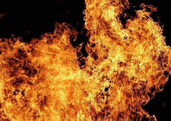 maison en feu parents en flammes. Black Bedroom Furniture Sets. Home Design Ideas